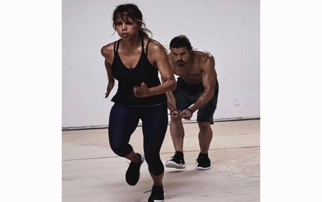 Halle Berry revelou um pouco de seu segredo para manter o corpão aos 51 anos de idade