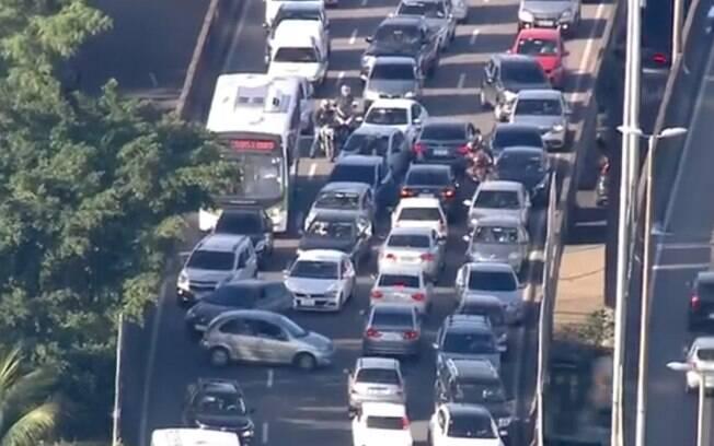 Tiroteios nas imediações da Linha Amarela assustaram motoristas, que recuaram pela contramão, no Rio de Janeiro