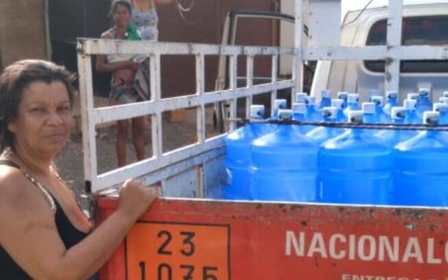 Moradores foram buscar água após vaquinha feita nesta quinta-feira (1º).