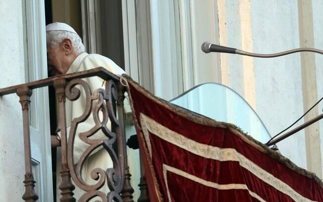 Papa Bento 16 parte depois de cumprimentar fiéis de varanda na residência de verão de Castel Gandolfo, cidade onde ele passará seus primeiros dois meses após renúncia