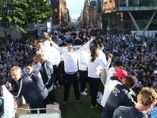 Atletas e comissão técnica do Manchester City desfilaram em trio elétrico na cidade