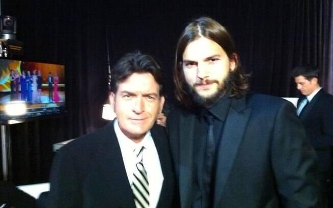 Ashton Kutcher e Charlie Sheen posaram juntos para a foto