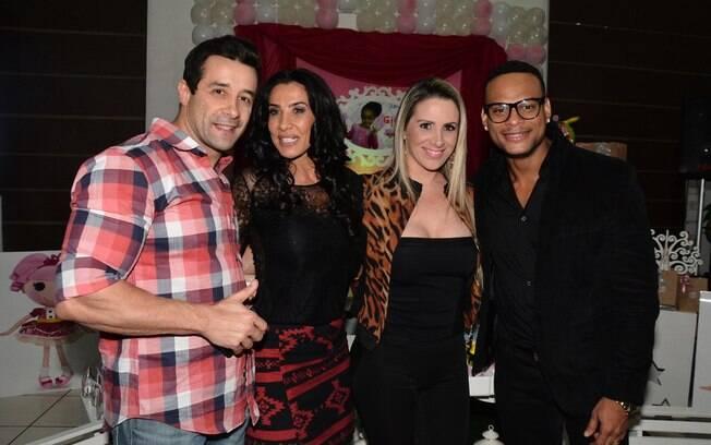 Marcos Oliver e a mulher posaram com Scheila Carvalho e Tony Salles durante aniversário da filha da ex-dançarina