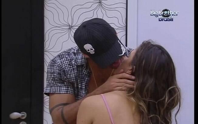 Casal se beija no Quarto do Líder