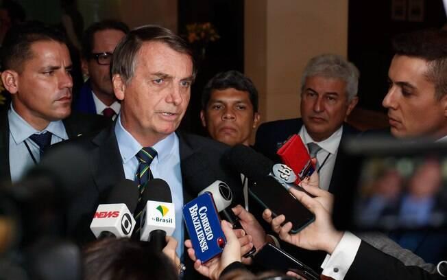 Bolsonaro falando com a imprensa