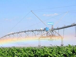 Pivô central.  Irrigação pode economizar até mais de 30% da água gasta numa propriedade rural