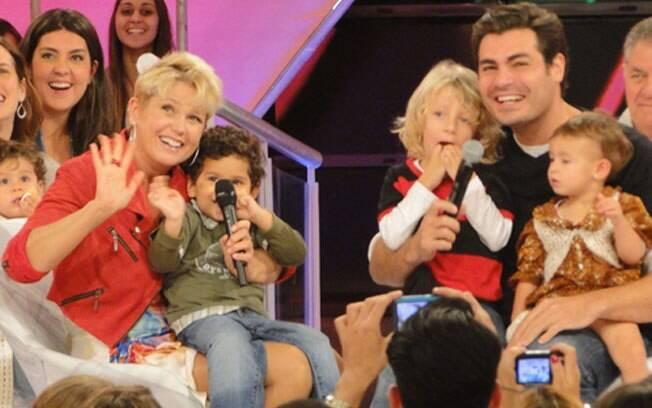 Thiago Lacerda, com os filhos no colo, assiste à depoimentos da família no