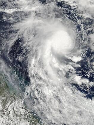 Imagem mostra deslocamento do ciclone tropical Marcia no Mar de Coral, que deve chegar a costa oriental de Queensland, Austrália (18/02)