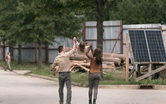 Rick Grimes e Michonne em momento familiar em The walking Dead
