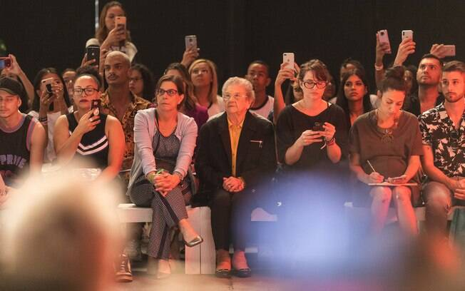 Palmirinha na plateia da São Paulo Fashion Week