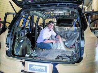 Proteção.  Guilherme Pais mostra a preparação necessária para transformar um carro em blindado e diz que a procura cresceu em BH