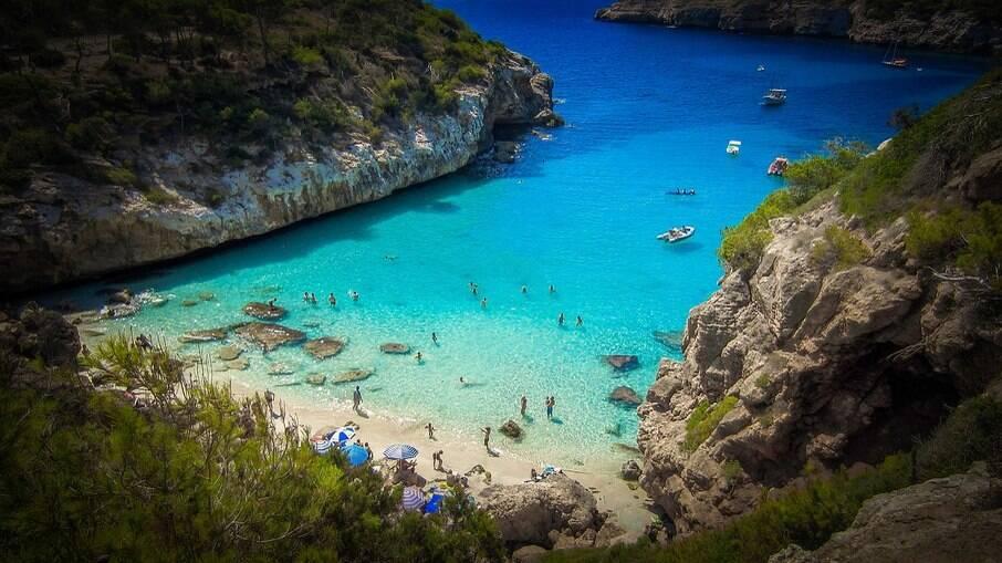 A praia de Maiorca é conhecida como um dos melhores lugares para praticar o topless no mundo