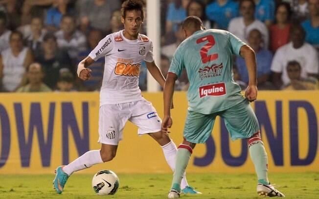 Neymar parte da cima do zagueiro do Náutico
