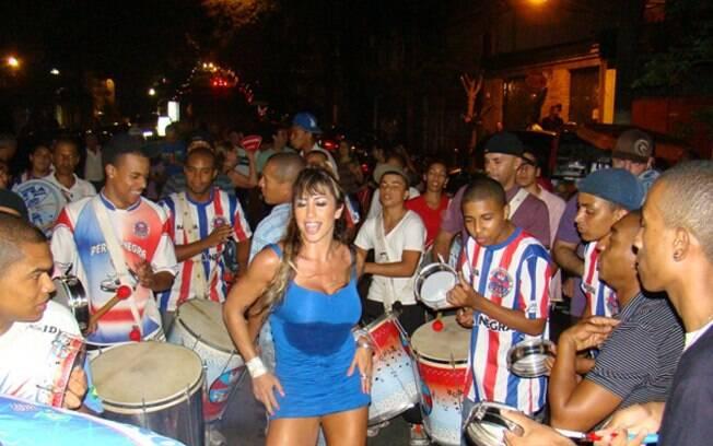 Jaque Khury caiu no samba com a bateria da Pérola Negra