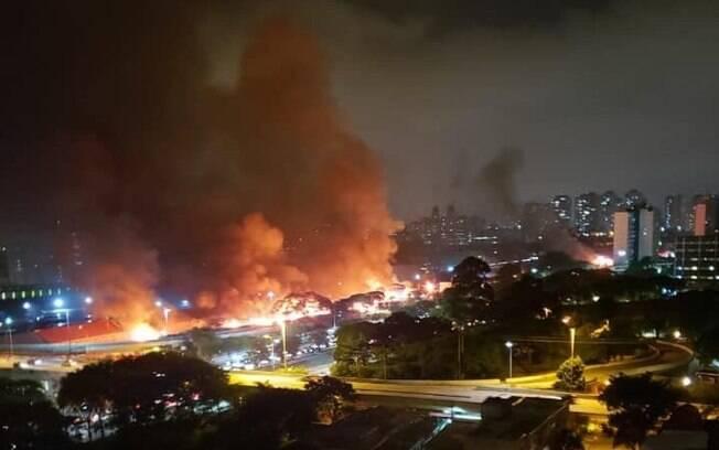 Favela do Cimento fica no entorno do viaduto Bresser e o incêndio pode ser visto por quem trafega pelo bairro