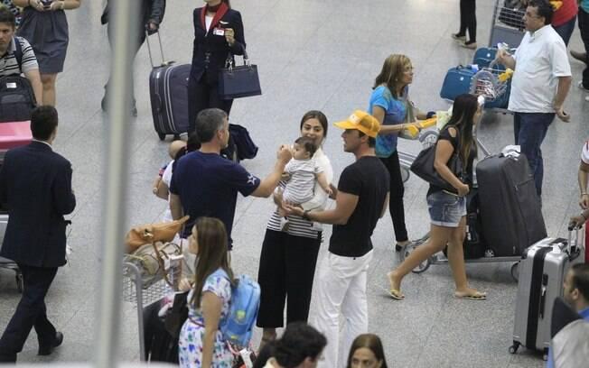 Juliana Paes se divertiu com a família no aeroporto nesse domingo (24)