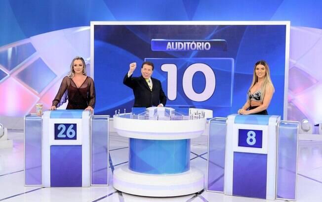 """Silvio Santos com a musas fitness Juju Salimeni e Thais Bianca no """"Jogo das 3 Pistas""""."""