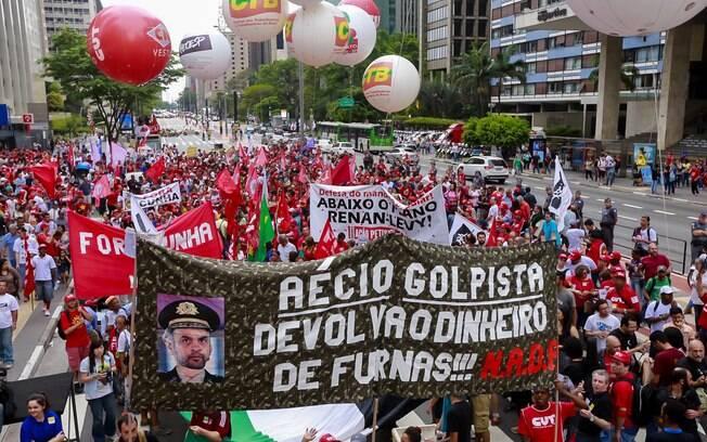 Manifestação pró-Dilma em São Paulo ataca senador Aécio Neves. Foto: Paulo Pinto/ Agência PT - 3.10.15