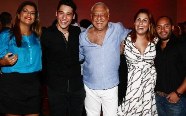 Família reunida: Antônio Fagundes entre os filhos, Diana, Bruno, Dinah e Antonio Fagundes Neto