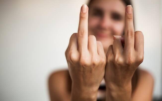 Mãe admite que mostra dedo do meio para filha pelas costas dela quando está com raiva de deixa alguns pais revoltados