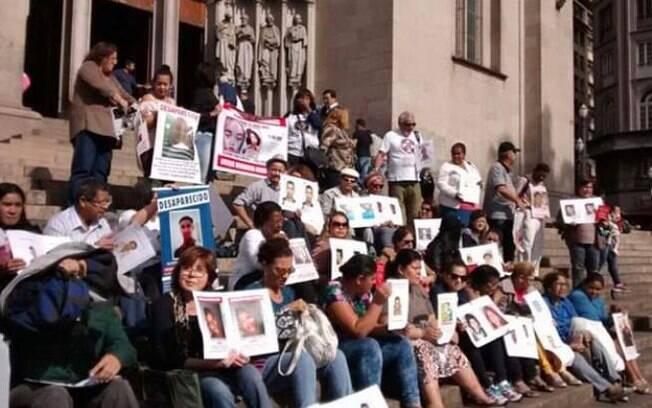 Mães que buscam por filhos desaparecidos fazem manifestação na praça da Sé, em São Paulo