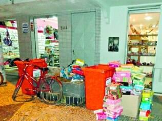 Canteiros e lixo saem da porta e liberam acesso às lojas