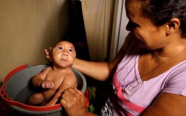 Bebê que ficou conhecido por foto de banho no balde foi internado com pneumonia e se recupera no hospital em Pernambuco