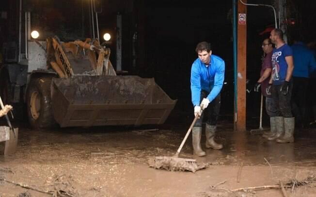O tenista Rafael Nadal ajudou vítimas das enchentes em Mallorca