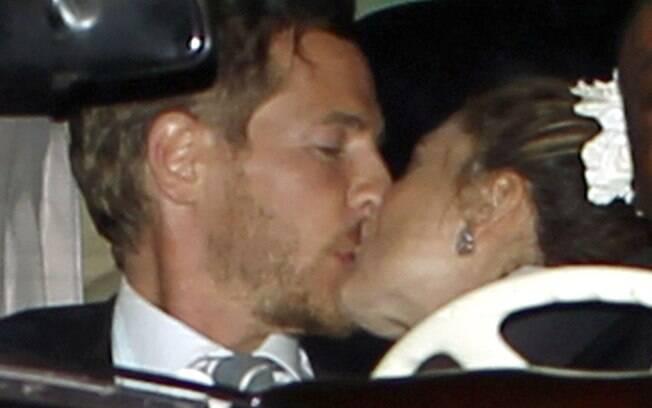 Drew Barrymore e Will Kopelman deixam a festa em clima romântico