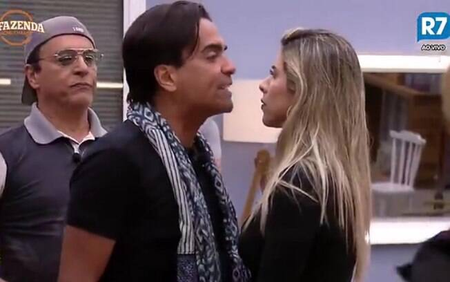 Após roça, Fábio Arruda briga feio com Ana Paula Minerato e peões apartam