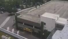 Vídeo mostra atirador em ação em telhado de shopping
