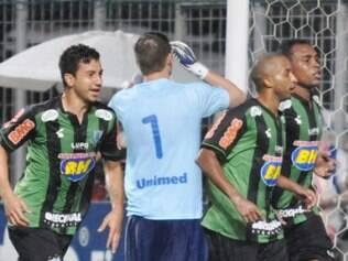 Renan Oliveira e Obina comemoram terceiro gol, marcado por Willians, na Arena Independência