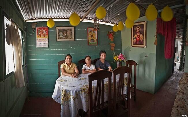 A dona de casa Lima Morales Espinoza e o marido, Juan Carlos Cárcamo Briceño, empregado da indústria têxtil, e sua filha, Harumi. A família vive em Lima, capital do Peru. Foto: Andy Goldstein