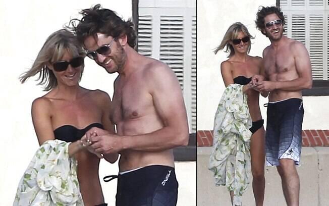 Gerard Butler aparece bem mais magro ao lado de loira desconhecida em praia da Califórnia