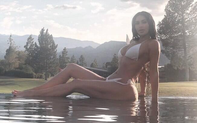 Há um ano a socialite Kim Kardashian tem praticado musculação todos os dias para conseguir modelar mais o corpo