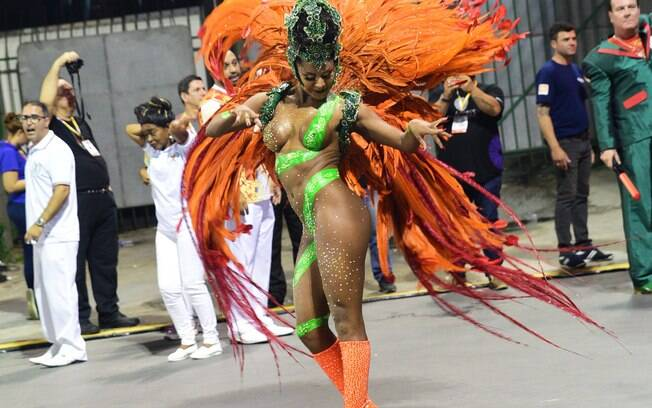 Musa da X-9, Tarine Lopes perdeu o tapa-sexo na avenida e teve que improvisar segurando as partes íntimas com a mão