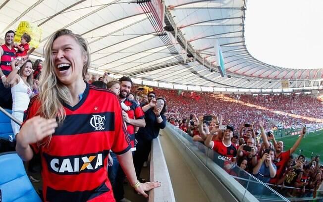 Ronda Rousey com a camisa do Flamengo