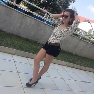 Klara Castanho aparece de salto alto e é criticada por fãs nas redes sociais