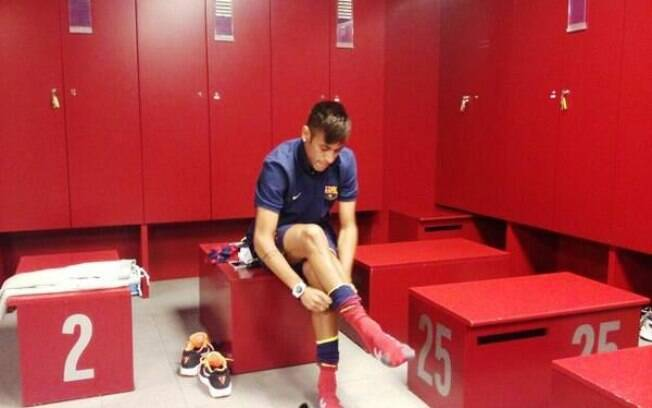 Neymar se prepara para entrar em campo, antes  de sua apresentação no Barcelona