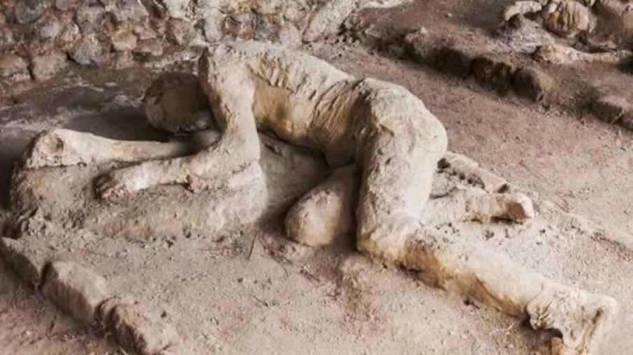 Molde dos corpos dos moradores de Pompeia no momento da morte conservados pela poeira vulcânica, os restos mortais fora desintegrados pelo calor e pelo tempo
