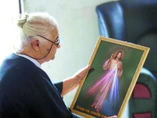 Religiosidade. Maria dos Anjos sonha em conseguir entender o que está escrito na imagem de Jesus