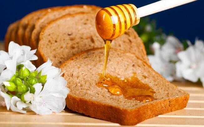 Não adianta trocar o açúcar por mel para adoçar os alimentos se não moderar na dosagem