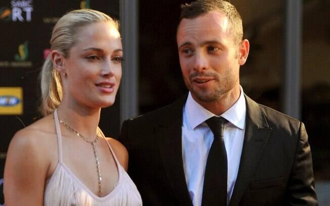 Pistorius posa com a namorada na entrada de  evento em novembro de 2012