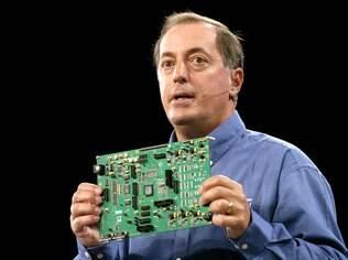 Paul Ottelini, CEO da Intel, mostra uma placa-mãe fabricada pela empresa, em um evento em 2007