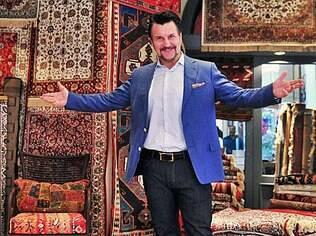 Personagem Mustafá apresenta sua loja de tapetes na novela