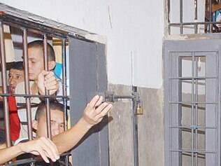 Uma saída seria adotar penas alternativas para crimes menos graves