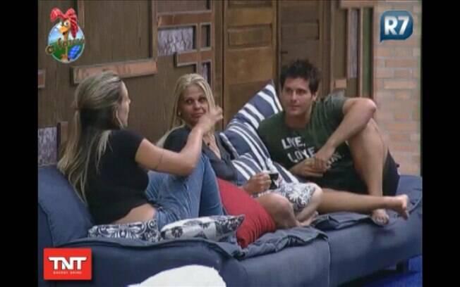 Monique apenas escuta enquanto Joana e Thiago reclamam de Raquel