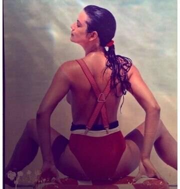 Aos 54 anos, Luiza Brunet relembra foto de topless em rede social