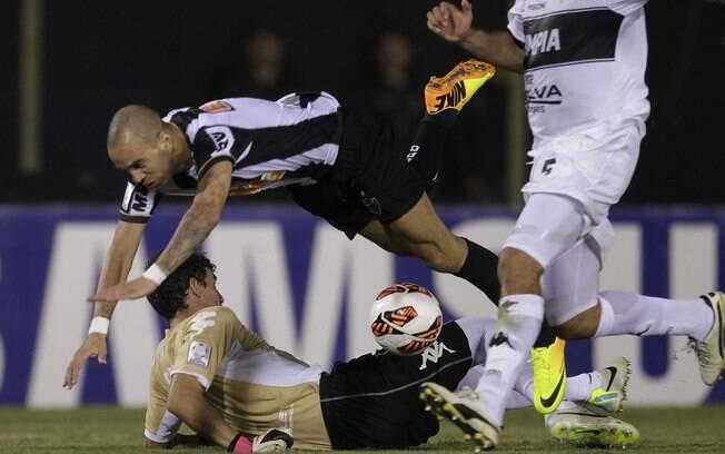 Diego Tardelli tromba com goleiro Martin  Silva dentro da área