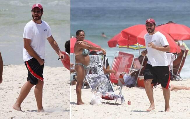 Thiago Lacerda se exercita na praia da Barra da Tijuca nesta segunda-feira (27)